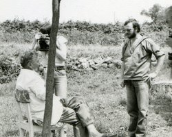 Lovro Batel and ethnologist doing fieldwork -  the making process of mišnice and fieldwork documentation. Bateli (Barban), 1982. Snimio: Z. Mileusnić. EMI/MEI archive.